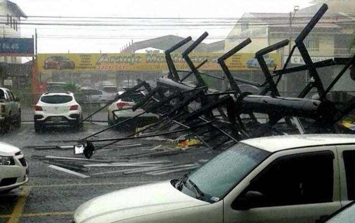 Temporal-relâmpago derruba estrutura de outdoor em supermercado de Assis