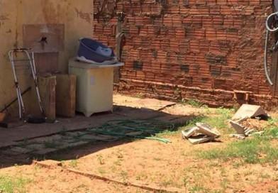 Criança de 2 anos se pendura em tanque de lavar roupas, cai e morre
