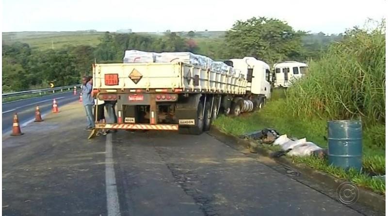 Cetesb descarta contaminação de rio após vazamento de chumbo de caminhão que se envolveu em acidente