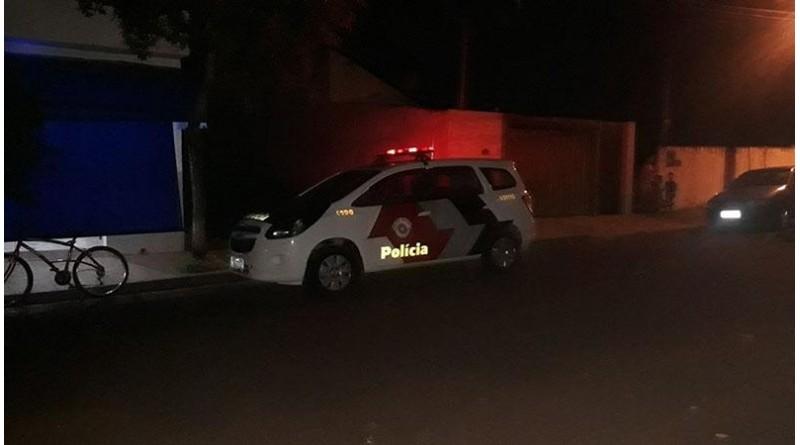 Filho diz à polícia que mãe esfaqueou marido para impedir que ele dirigisse o carro da família