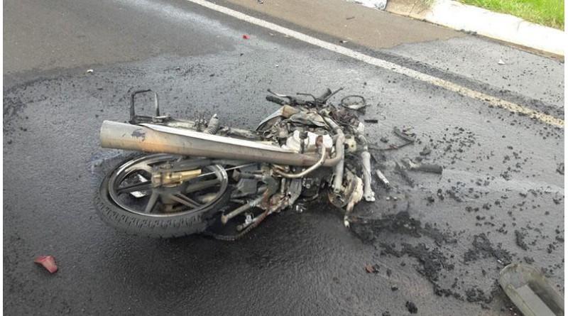 Motociclista morre após acidente com caminhão e moto pega fogo em rodovia de Marília