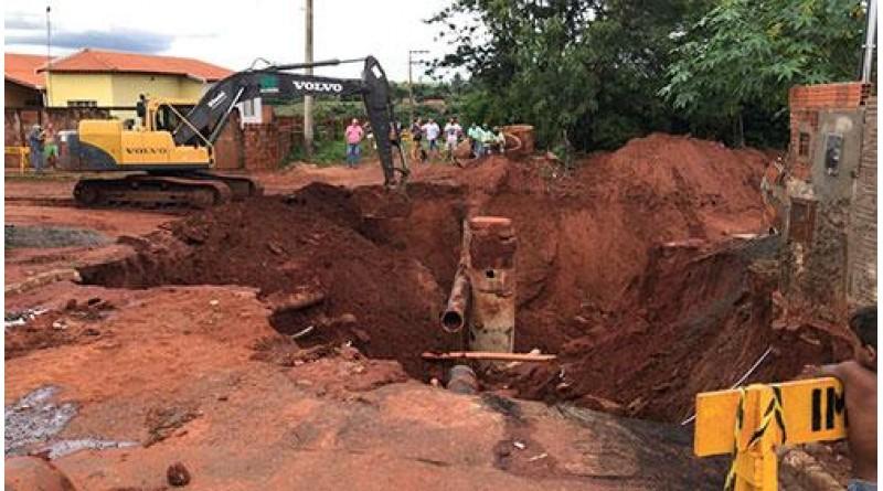 Máquina começa preparar terreno para conserto de adutora da Sabesp em Paraguaçu
