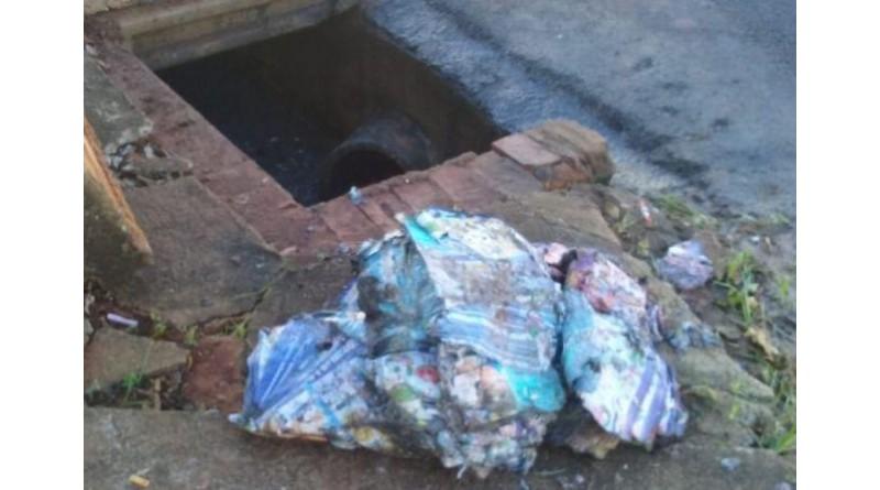 Prefeitura limpa, mas bueiros são entupidos com sacolas plásticas e panfletos de propaganda