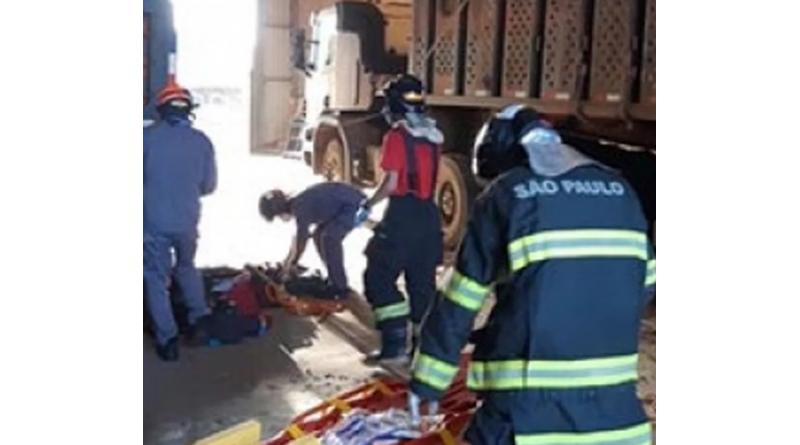 Trabalhador é socorrido após afundar em carga de amendoim em Tupã