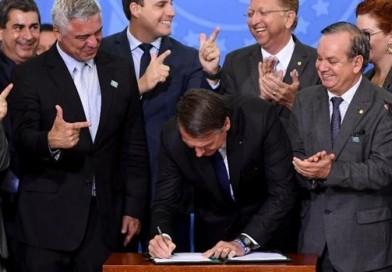 Bolsonaro dá direito a porte de arma a políticos, advogados e jornalistas