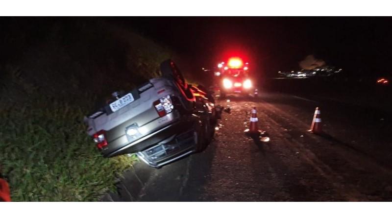 Motorista morre após bater na traseira de caminhão e capotar o carro em Lins