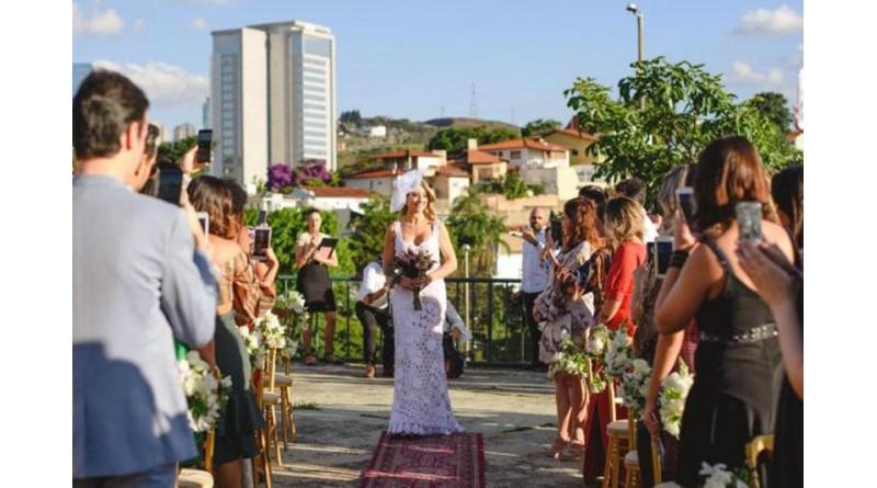 """Mulher se casa com ela mesma em Minas Gerais: """"Aprendi a me sentir bem sozinha"""""""