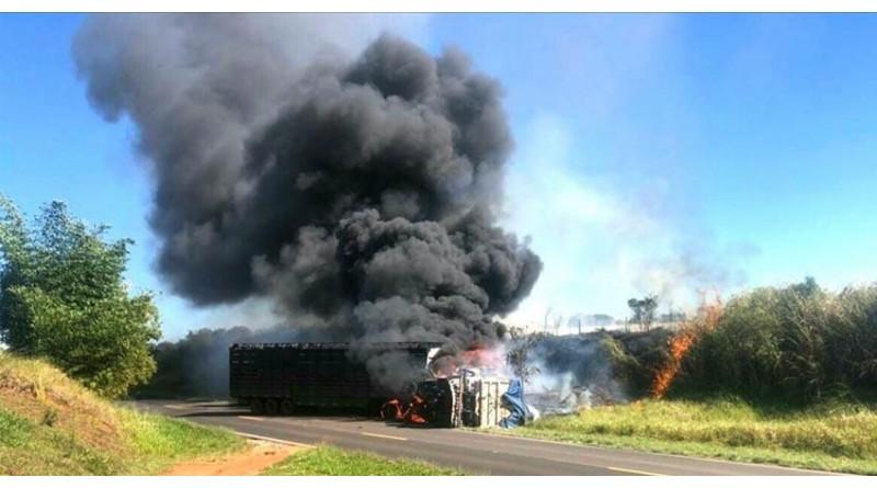 Após colisão frontal em, caminhões pegam fogo em Rancharia