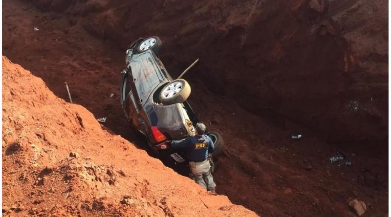 Carro carregado de drogas cai em vala durante perseguição em Ourinhos
