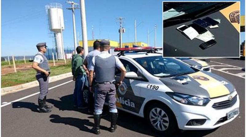Dupla com documentos falsificados é presa após tentar subornar policiais em Marília