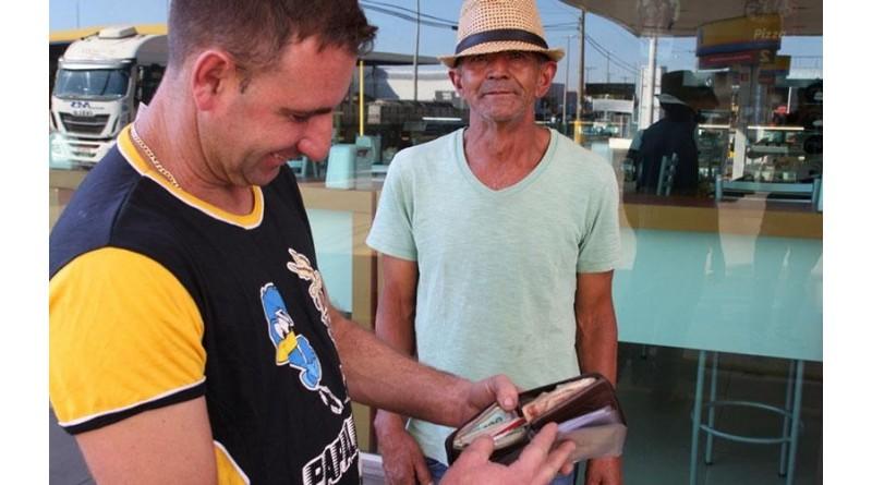 Ajudante acha carteira com R$ 15 mil e devolve para dono: 'Não comeria um prato de comida com esse dinheiro'