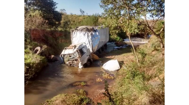 Caminhão cai em ribanceira em Lutécia
