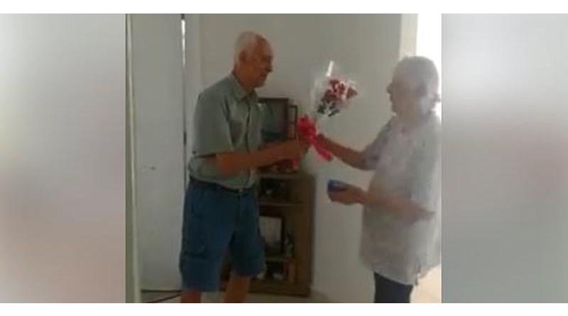 Vídeo de idoso que entrega flores para mulher cantando viraliza na web: 'Ela merece'