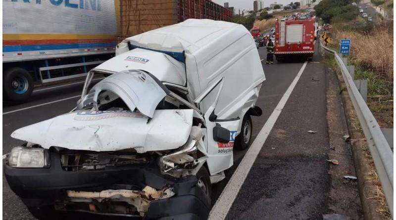 Engavetamento com nove veículos deixa três feridos em rodovia de Marília