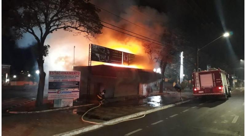 Incêndio destrói Banca da Catedral esta madrugada.