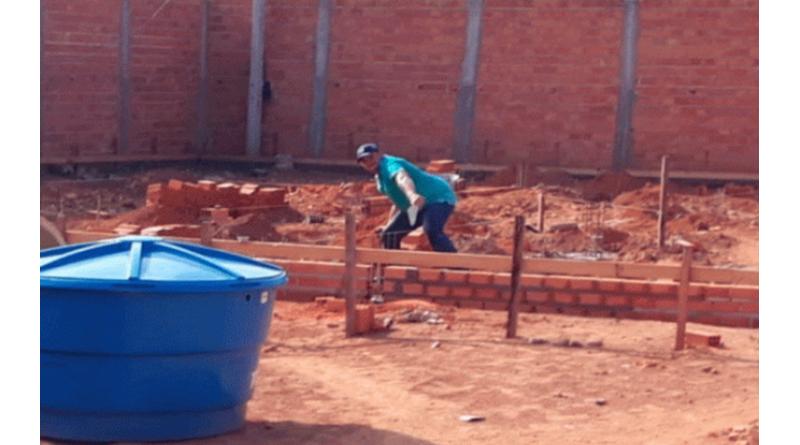 Prefeito é afastado por construir casa usando secretários como pedreiros