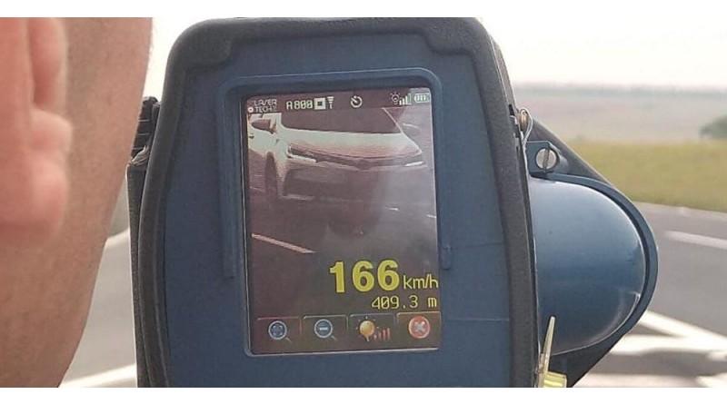 Motorista é flagrado dirigindo a 166 km/h na rodovia Castello Branco em Santa Cruz do Rio Pardo