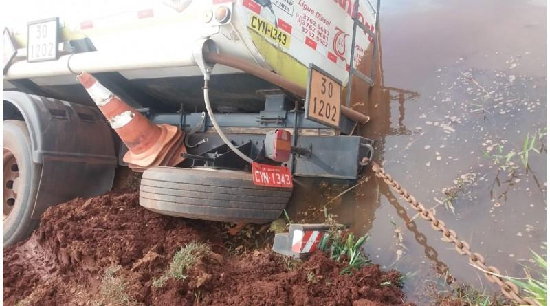 Caminhão carregado com óleo diesel tomba dentro de lagoa em Ibirarema