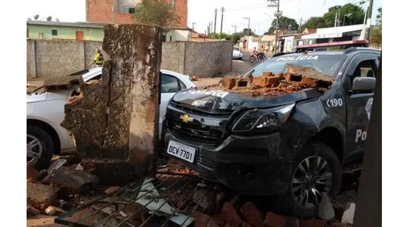 Carro e viatura batem em muro durante perseguição em Assis