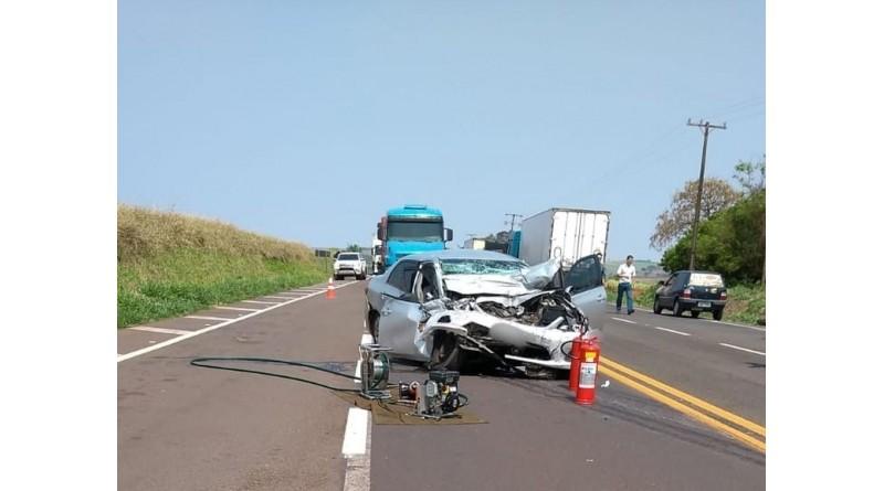 Mulher morre e outras duas ficam feridas após carro bater de frente com caminhão em Paraguaçu Paulista