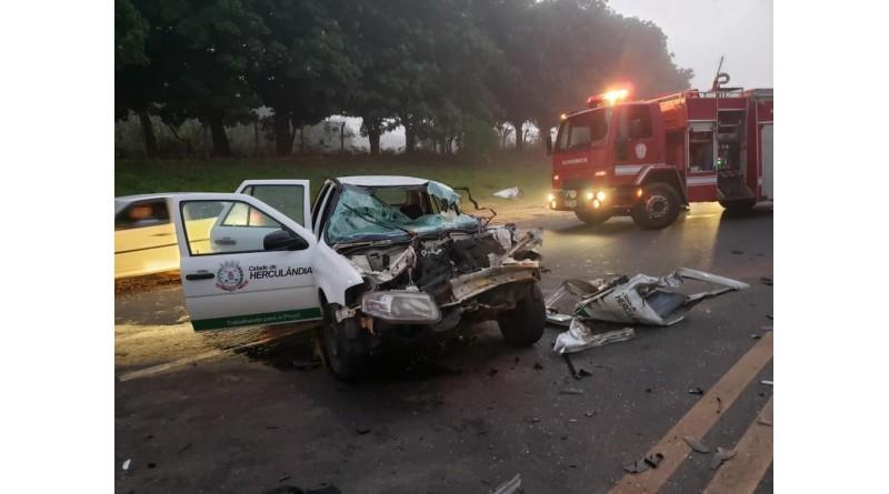 Carro da prefeitura de Herculândia fica destruído após bater em carreta na rodovia em Tupã