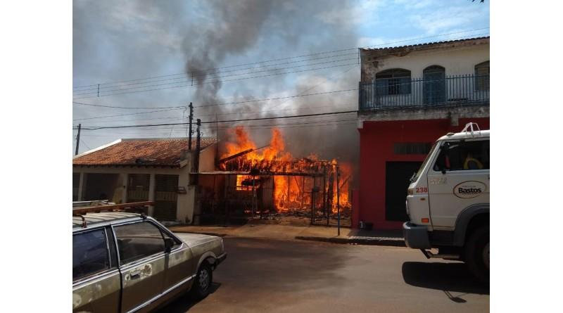 Casa de madeira fica destruída depois de pegar fogo em Bastos
