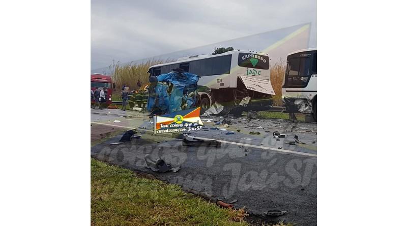 Acidente envolvendo um caminhão e dois ônibus deixa duas mortes e mais de 40 feridos em Jaú