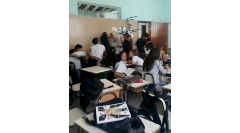 Estudante jogou cadeira em colega dentro de sala de aula após sofrer bullying, diz testemunha