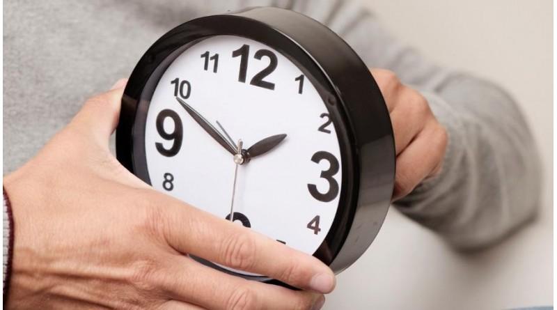 Mesmo sem horário de verão, celulares adiantam uma hora automaticamente