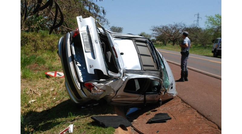 Mulher fica ferida após capotamento em rodovia de Palmital
