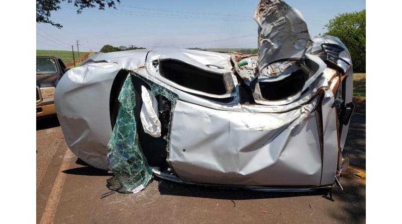 Mulher grávida é resgatada de carro que capotou após batida com caminhão em Maracaí