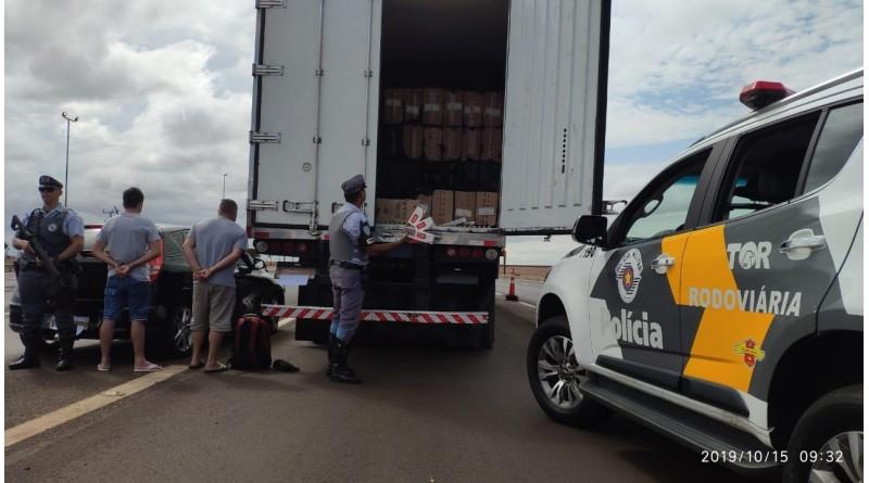 Polícia apreende cigarros contrabandeados em caminhão protegido por 'batedor' em Palmital