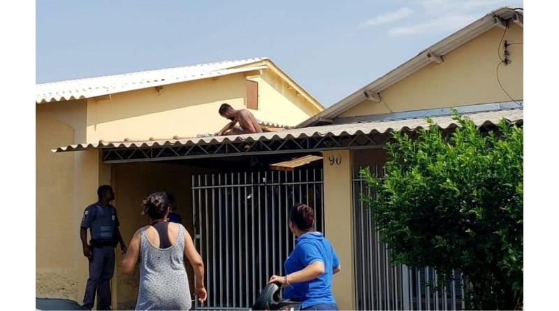 Suspeito de furtar moto e esfaquear homem é preso após ficar 'entalado' em telhado durante fuga