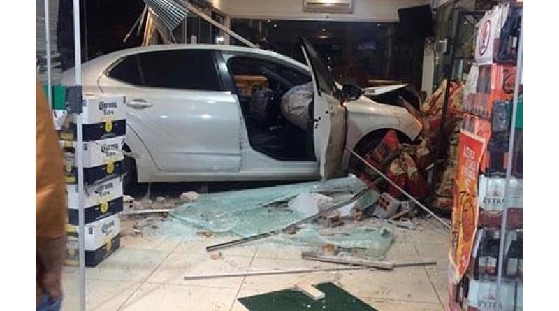 Motorista perde controle e invade loja de conveniência de posto em Assis