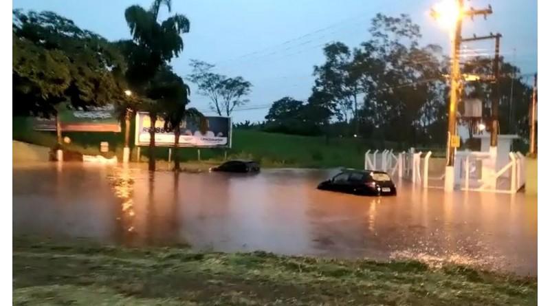 Chuva faz córrego transbordar e alaga ruas em Tupã