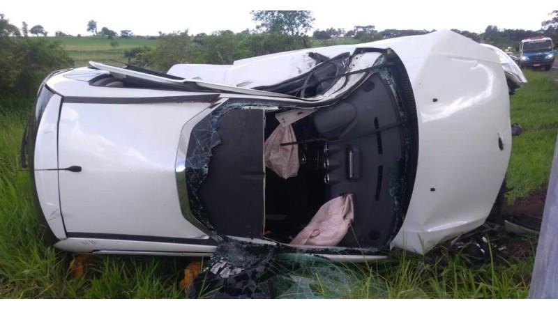 Capotamento de carro deixa motorista preso nas ferragens na SP-284, em Martinópolis