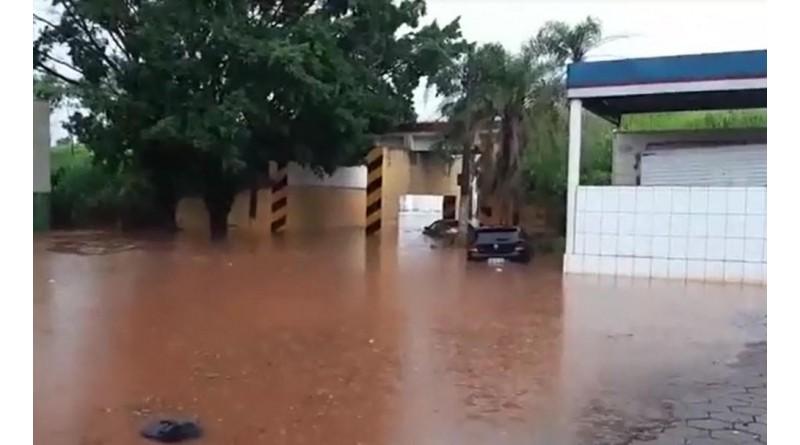 Chuva forte com ventania causa alagamentos em Tupã