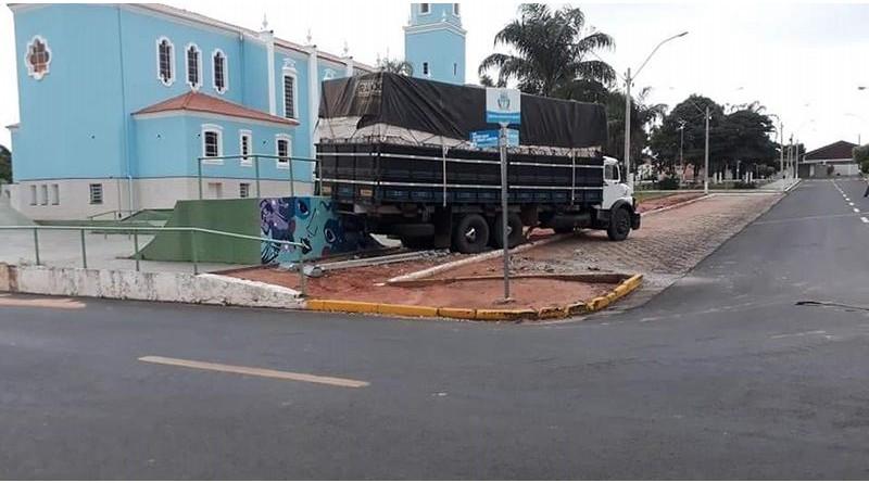 Caminhão desgovernado invade pista de skate em Quintana