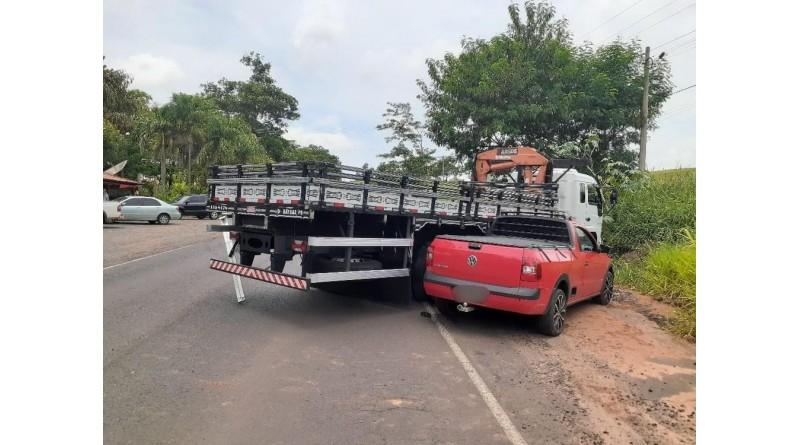Motorista fica ferido após acidente entre caminhões em vicinal