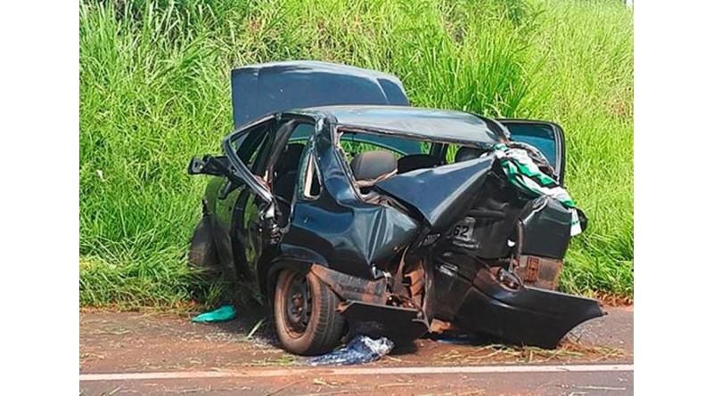 Três ficam feridos após carro bater em árvore e capotar em rodovia de Paraguaçu Paulista