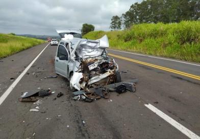 Colisão traseira entre carro e caminhão deixa idoso gravemente ferido em Regente Feijó