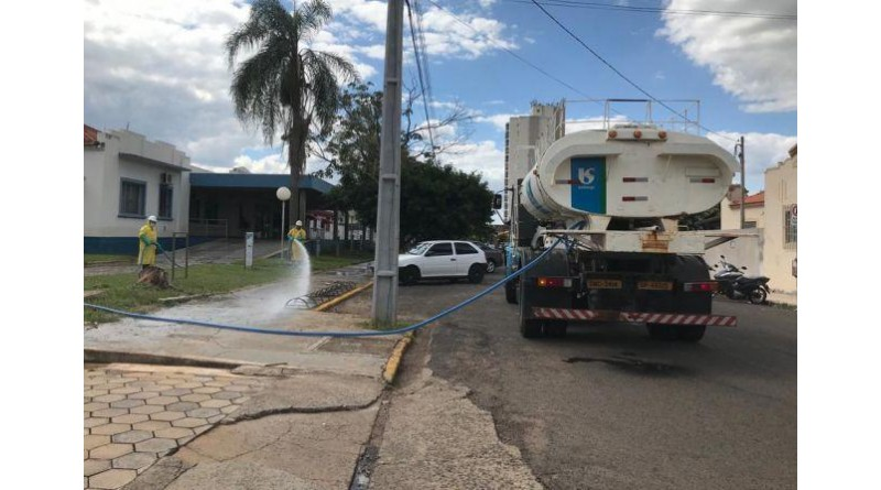Em parceria, Prefeitura e Sabesp fazem desinfecção das calçadas do Hospital, Pronto Socorro e do CEM