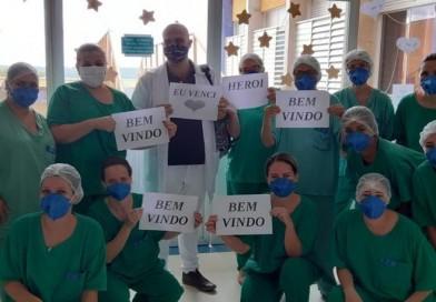 Enfermeiro é homenageado por colegas ao voltar para o trabalho após superar a Covid-19: