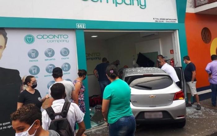Motorista invade calçada, atropela mulher e quebra porta de clínica em Paraguaçu Paulista