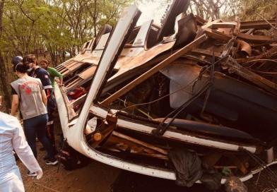 Ônibus com trabalhadores rurais tomba e deixa mais de 30 feridos em estrada de terra de Pompeia