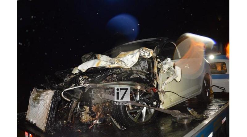Carro pega fogo após colidir contra traseira de caminhão na rodovia Paraguaçu/Assis