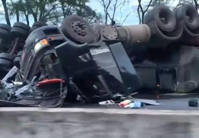 Caminhoneiros morrem em colisão frontal em Dois Córregos