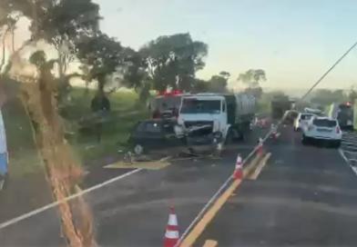 Motorista morre em acidente envolvendo dois carros e um caminhão entre Paraguaçu e Assis