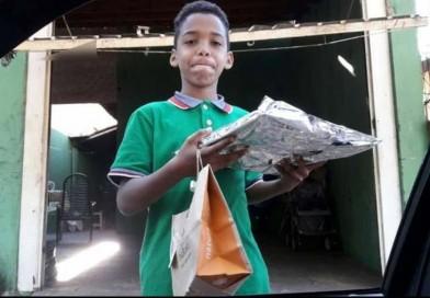 Menino viraliza na web ao tentar comprar presente para a mãe com R$ 12 em Bauru