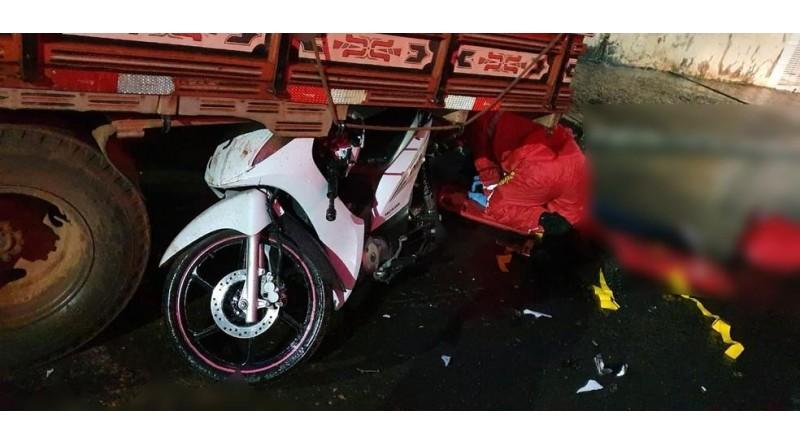 Mulher morre após bater moto em caminhão parado em Tupã